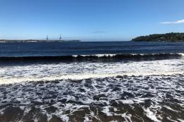 Bølger slår mot stranda i Larvik