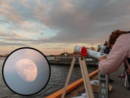 Slik kunne forbipasserende oslofolk og turister oppleve månen gjennom astrofysikernes teleskoper.